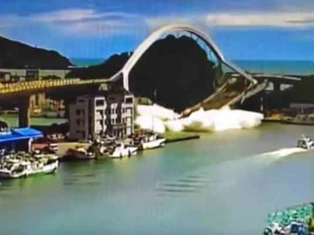 Impactantes imágenes: 20 heridos deja derrumbe  de puente en Taiwán