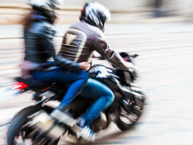 Cuestionan normativa que obliga a motociclistas usar chaleco con placa