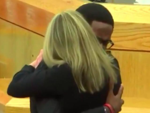 Hombre perdona y abraza a expolicía que asesinó a su hermano