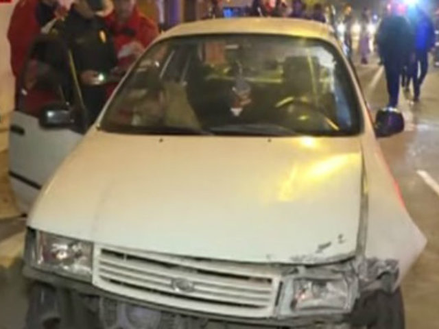 Cercado de Lima: autos chocan por semáforo malogrado