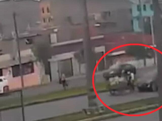 Ventanilla: conductor aparentemente ebrio atropella violentamente a comerciantes