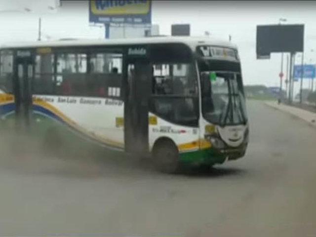 SJM: bus invade vía contraria por ganar pasajeros