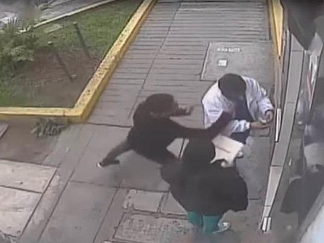 Cercado de Lima: ladrones en moto roban celular a médico