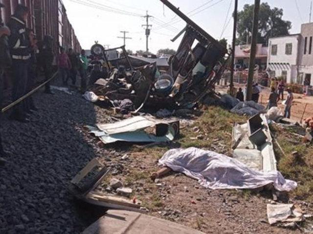 México:  tren arrolla ómnibus y mata a nueve pasajeros