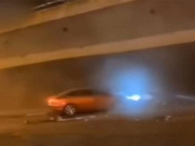 VIDEO: puente de autopista se desploma sobre decenas de autos