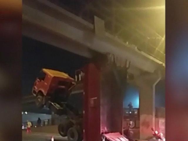 Callao: tolva de camión quedó atrapada en puente peatonal