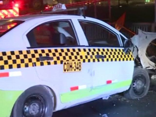 Taxi se estrelló y derribó poste en puente Ricardo Palma