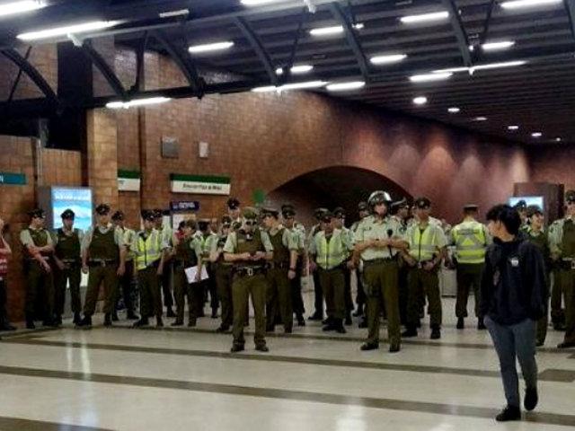 Chile: decenas de estudiantes evaden pasajes del Metro por alza de tarifas