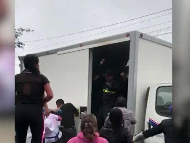 Desesperación: ambulante sube a camión de fiscalizadores porque le quitaron mercadería