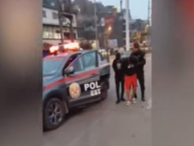Ate: serenos capturan a delincuentes armados que asaltaron a transeúnte