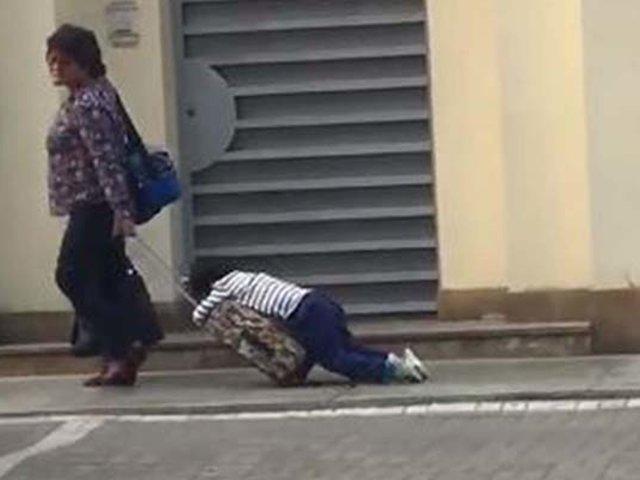VIDEO: madre arrastra a su hijo dormido para llevarlo a la escuela