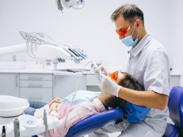 Mujer acude al dentista para tratamiento y muere desangrada