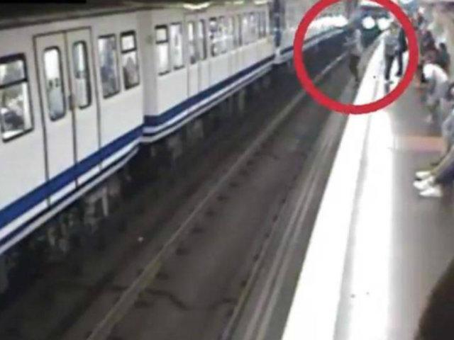 España: joven salvó de morir tras caer a vías del tren por mirar su celular