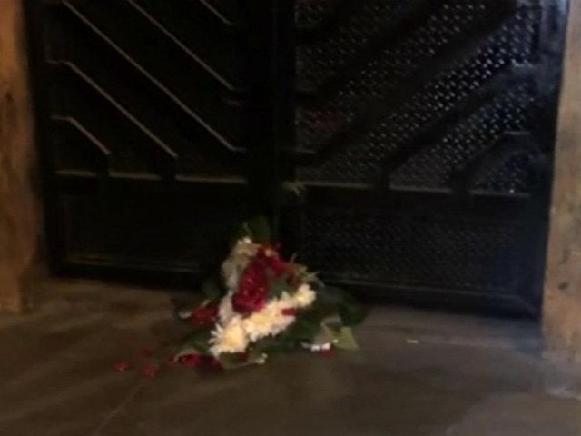 SJL: dejan arreglo floral con granada en puerta de discoteca