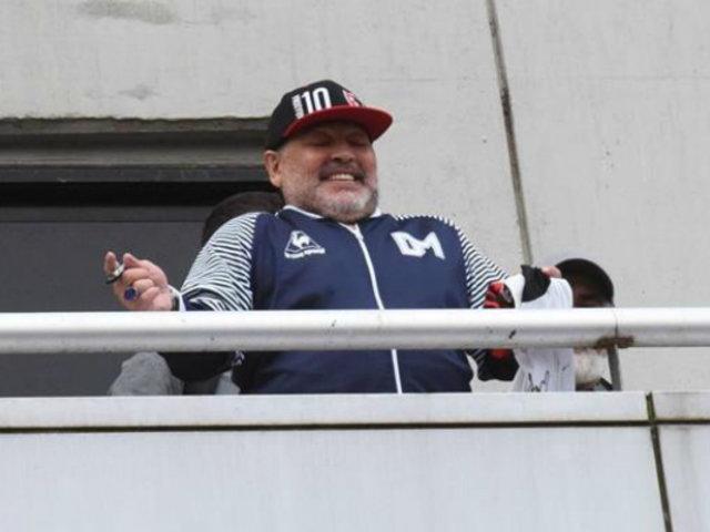 Maradona tuvo emotivo recibimiento de hinchas del Newell's en Rosario