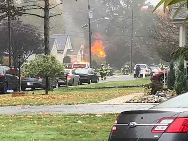 EEUU: avioneta cae en vecindario y desata voraz incendio