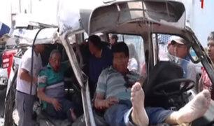 Ate: conductor de combi huyó tras provocar accidente que dejó diez heridos