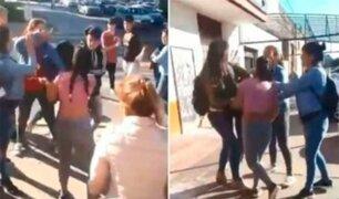 Alumnos agreden a directora de colegio al interponerse en batalla campal
