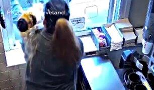 Hombre arroja café caliente y provoca quemaduras a trabajadora de fast food