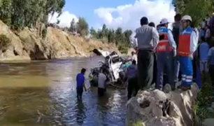 Combi llena de pasajeros cae a Río Mantaro y reportan varios fallecidos