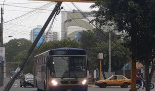 Avenida Arequipa: poste a punto de caer tras ser impactado por camión