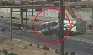 Panamericana Norte: cúster se vuelca por mala maniobra de chofer