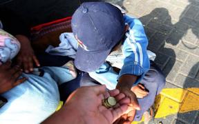 Dictan orden de captura contra mujer que obligaba a sus hijos a vender y mendigar