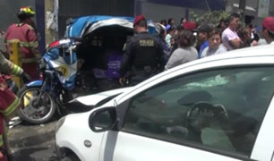 SJL: conductora aparentemente ebria invade vereda y mata a anciano