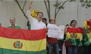 San Isidro: ciudadanos bolivianos celebraron dimisión de Morales en exteriores de embajada