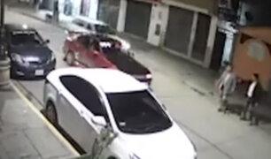 Abancay: captan momento en que auto embiste brutalmente a dos sujetos