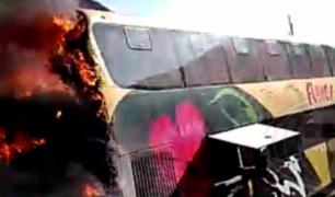 Piura: pasajeros salvan tras escapar de bus interprovincial en llamas