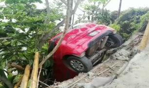 Miraflores: tres se salvan tras caer su auto en Bajada Balta