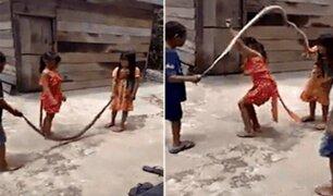 VIDEO: niños juegan a ''saltar la soga'' con serpiente muerta
