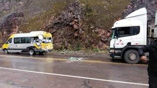 Cusco: 18 turistas quedan heridos tras aparatoso choque entre combi y camión
