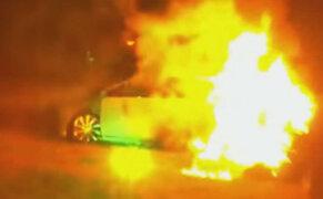 EEUU: rescatan a mujer de carro en llamas