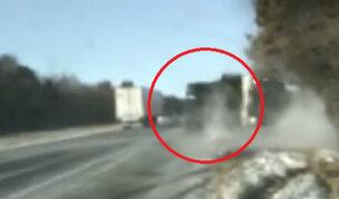 EEUU:  una mujer y dos policías salvaron de morir impactados por camión