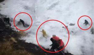 Turistas son arrastrados por olas en playa de Islandia