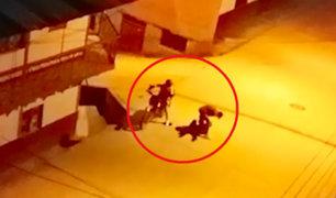 Ate: sujeto es asaltado violentamente por delincuentes en moto