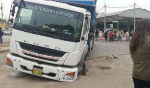 La Victoria: camión se hunde en la pista y causa rotura de tubería