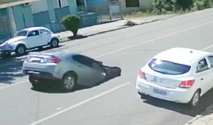 Brasil: captan impresionante momento en que un auto cae dentro de un socavón