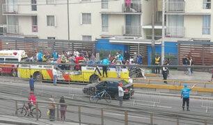 Av. Brasil: bus se quedó sin techo tras intentar cruzar por debajo de puente