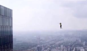 Equilibristas rusos rompen record tras cruzar entre dos rascacielos sobre la cuerda floja