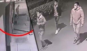Comas: cámaras registran violento asalto a transeúnte