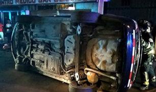 La Libertad: taxi acabó volteado tras impactar contra otra unidad