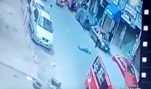 India: hombre sobrevive tras ser embestido por dos vehículos