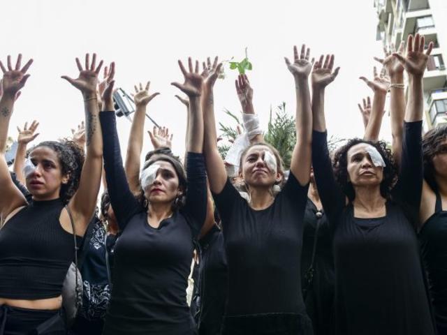 Chile: Mujeres de luto marcharon en silencio para denunciar abusos durante detenciones