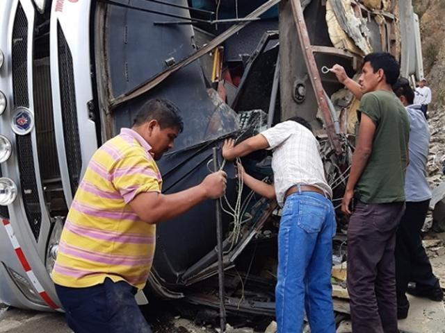 Huancavelica: volcadura de bus interprovincial deja al menos 2 muertos y 26 heridos