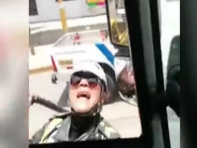 Lima Este: mujer policía interviene enérgicamente a chofer de camión