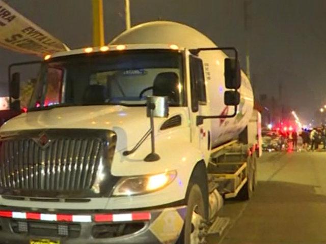 Tarapoto: se incendia camión cisterna que transportaba galones de petróleo
