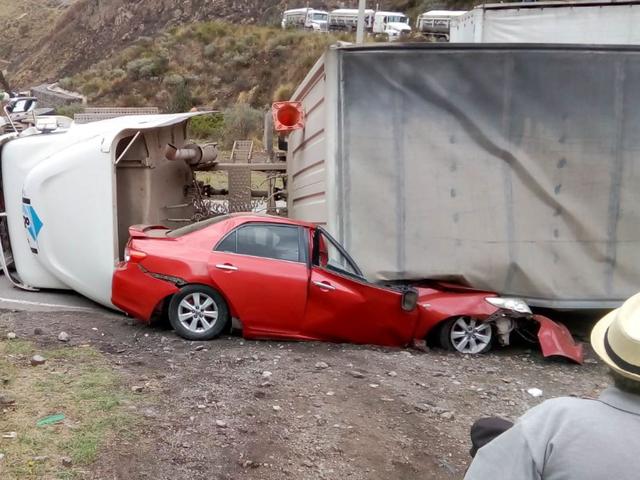Tragedia en La Oroya: chofer y copiloto mueren tras ser aplastados por un traíler